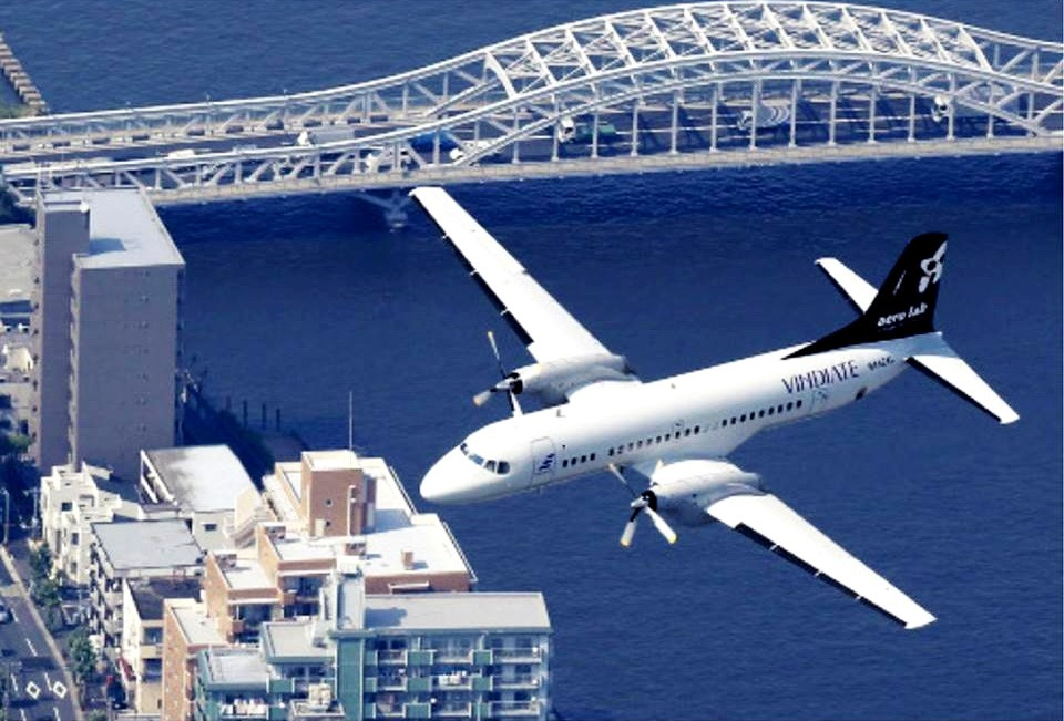 隅田川上空を飛行するYS-11